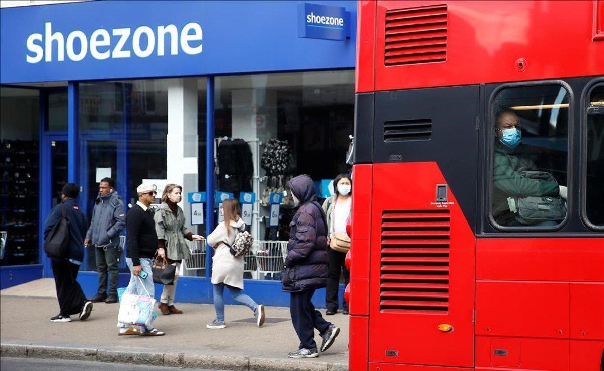 Un hombre con mascarilla en un autobús en Brixton.