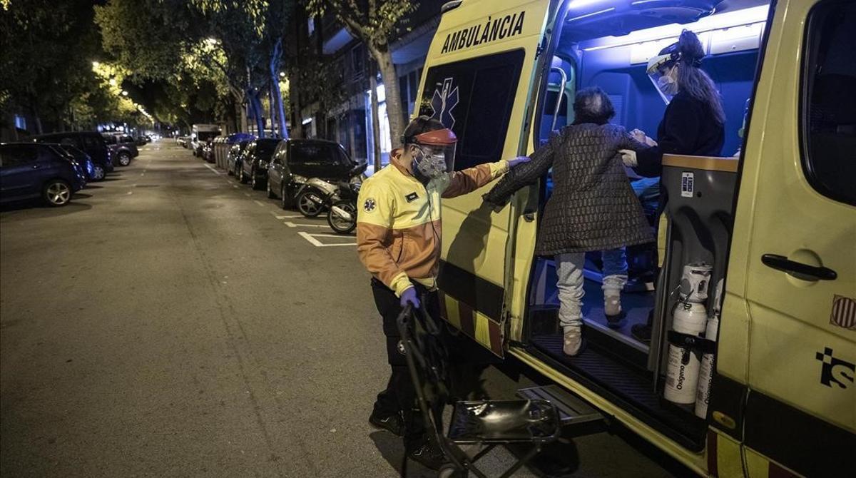 Una ambulancia del SEM atiende a un paciente en Barcelona.