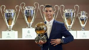 Cristiano Ronaldo posa en una sala del Bernabéucon su cuarto Balón de Oro logrado el pasado año.