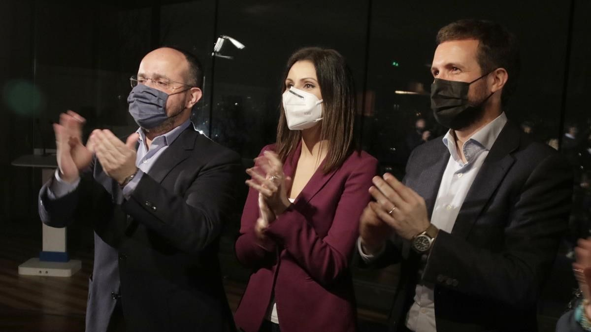 El presidente del PP, Pablo Casado, junto a la número dos por Barcelona al 14-F, Lorena Roldán y el candidato a la Presidència, Alejandro Fernández.