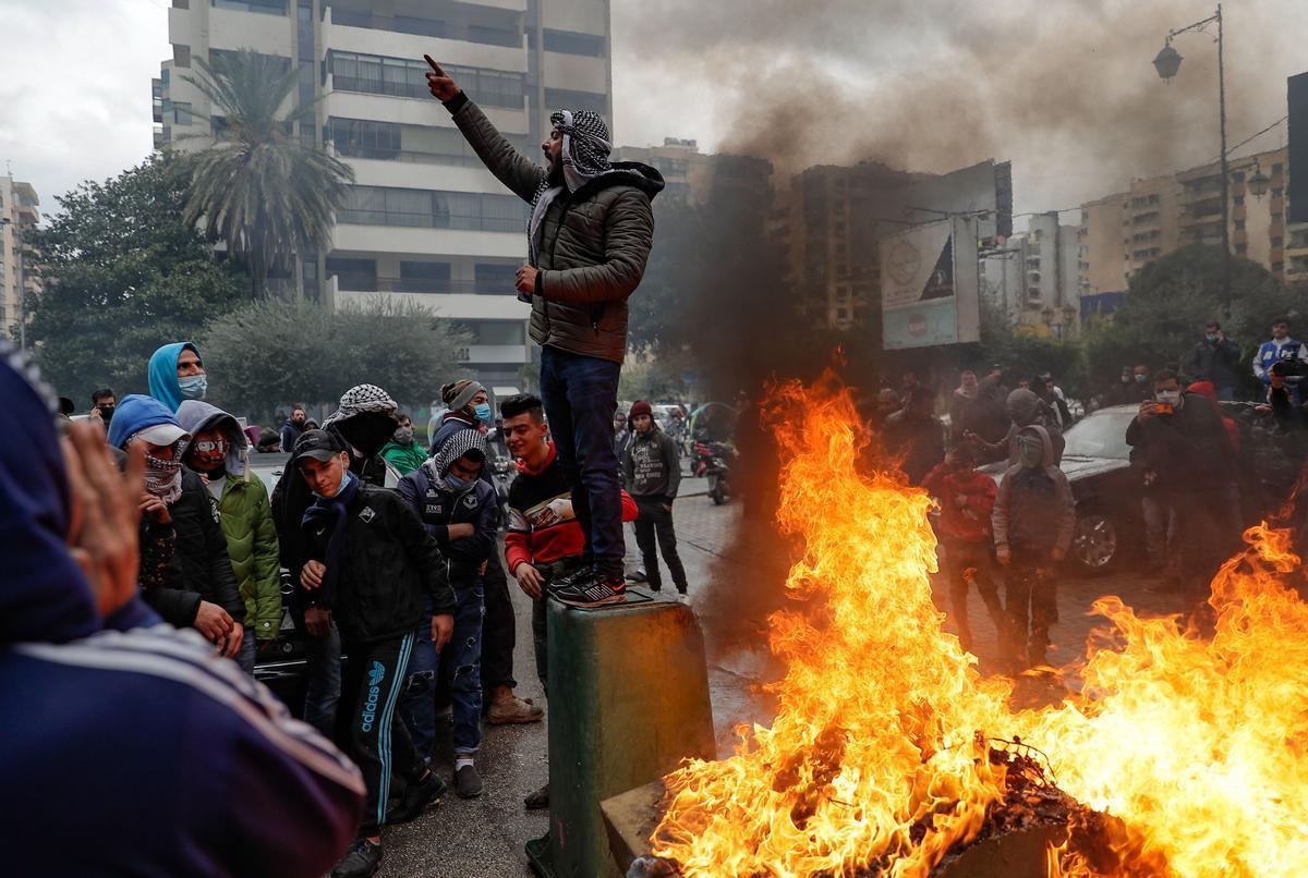 Un mort i 220 ferits en protestes contra el confinament al Líban