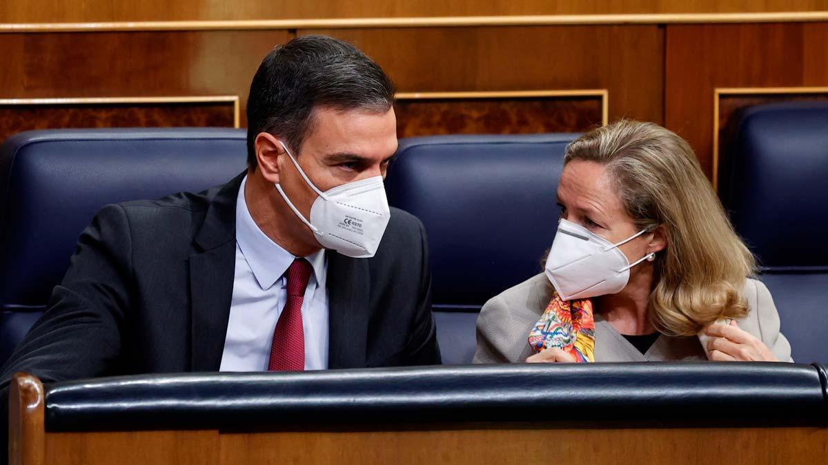 Pedro Sánchez y Nadia Calviño conversan en el Congreso.