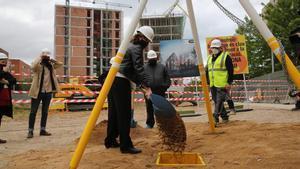 Colau, pala en ristre, durante la colocación de la primera piedra de una promoción de vivienda pública de alquiler, este viernes en la Marina del Prat Vermell.