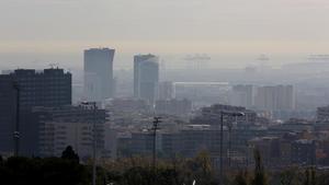 Un día con ambiente contaminado en la ciudad de Barcelona, el pasado diciembre.