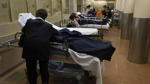 Enfermos en los pasillos de urgencias en el Hospital del Vall d'Hebron, de Barcelona.