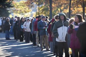 Habitantes de Virginia hacen cola para ejercer su derecho al voto en las elecciones a la presidencia de Estados Unidos..