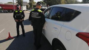 Agentes policiales de Gavà en un control durante el primer fin de semana con restricciones de movilidad.