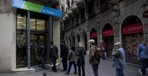 Enero destruye 218.953 empleos y deja 76.216 parados más. En la foto, colas en una oficina de Treball en Barcelona.