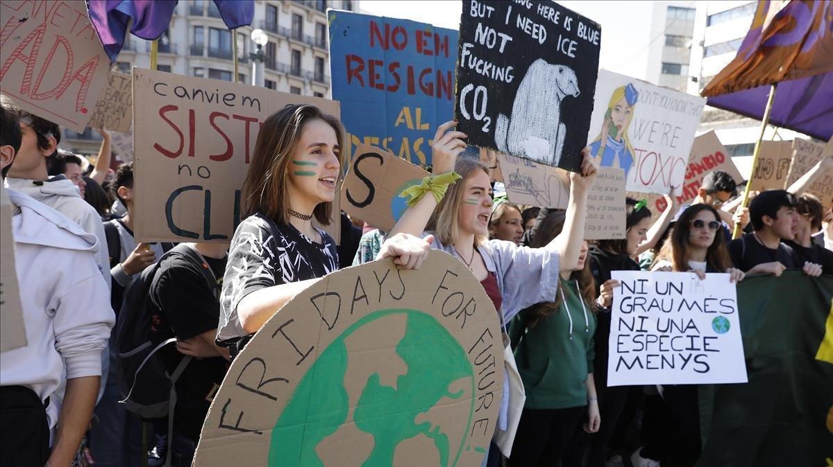 Jóvenes estudiantesinundan las calles de Barcelona durante la huelga de 'Fridays for future'