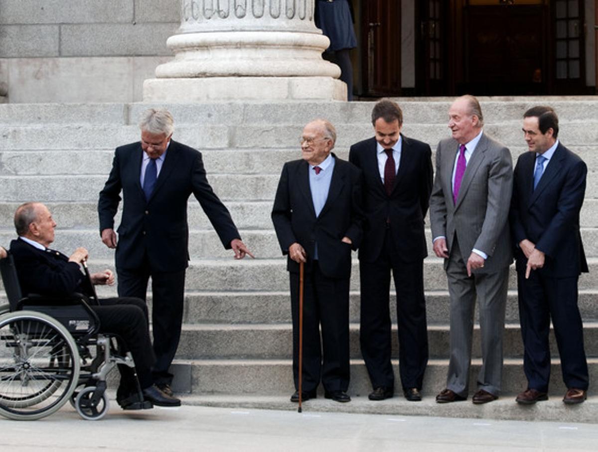 Fraga, en cadira de rodes, amb Felipe González, Santiago Carrillo, José Luis Rodríguez Zapatero, el Rei i José Bono, el 23 de febrer del 2011, a les portes del Congrés, amb motiu del 30è aniversari del 23-F.