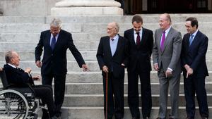 Fraga, en silla de ruedas, junto a Felipe González, Santiago Carrillo, José Luis Rodríguez Zapatero, el Rey y José Bono, el pasado 23 de febrero, a las puertas del Congreso, con motivo del 30º aniversario del 23-F.