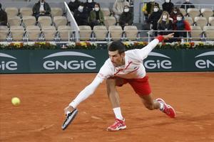 Djokovic devuelve un bote pronto de revés.