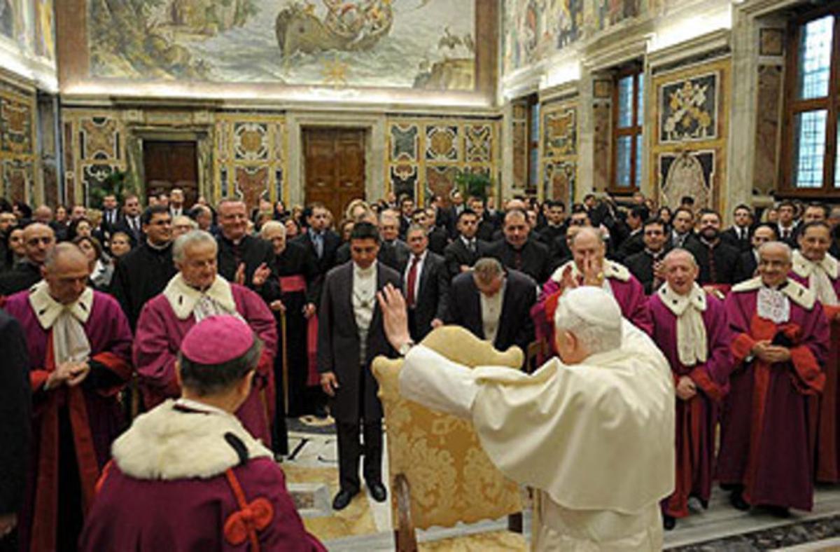 El papa Benedicto XVI saluda a los integrantes del Tribunal de la Rota.