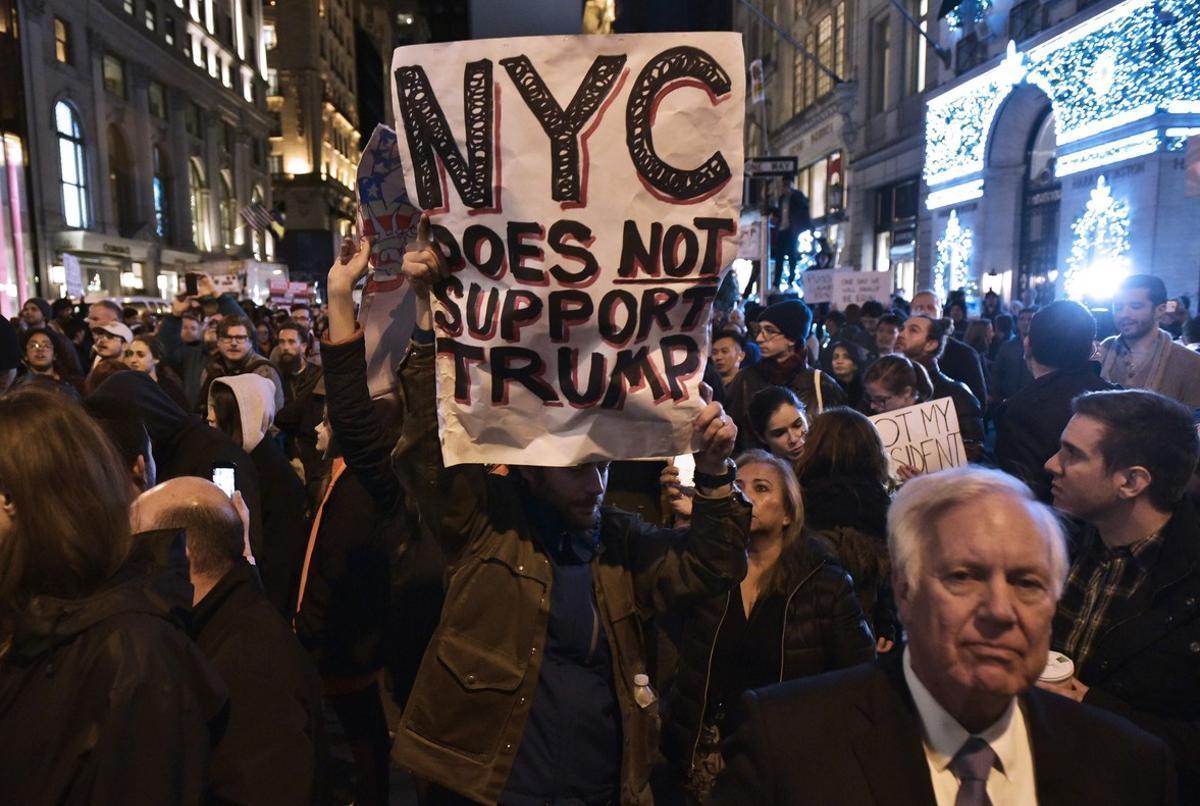 'Nueva York no apoya a Trump', reza un cartel durante una protesta frente a la Trump Tower de Nueva York.