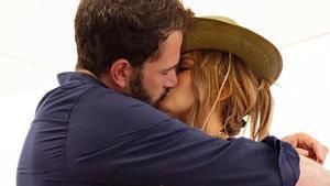 El fogoso beso entre Jennifer López y Ben Affleck con el que confirman su amor