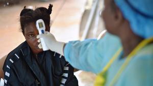 Foto de archivo de una joven a la que le toman la temperatura porque se sospecha que tiene ébola, en agosto de 2014.