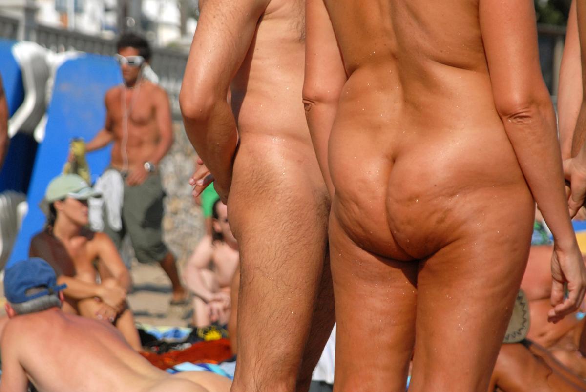Nudistas en una playa.