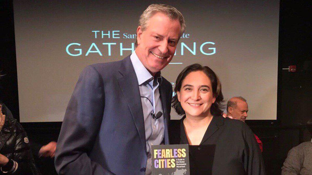 La alcaldesa de Barcelona, Ada Colau, con el alcalde de Nueva York, Bill de Blasio.
