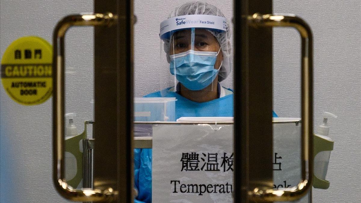 Un sanitario, en un control para medir la temperatura corporal en el Hospital Princesa Margarita de Hong Kong, el pasado 4 de febrero.