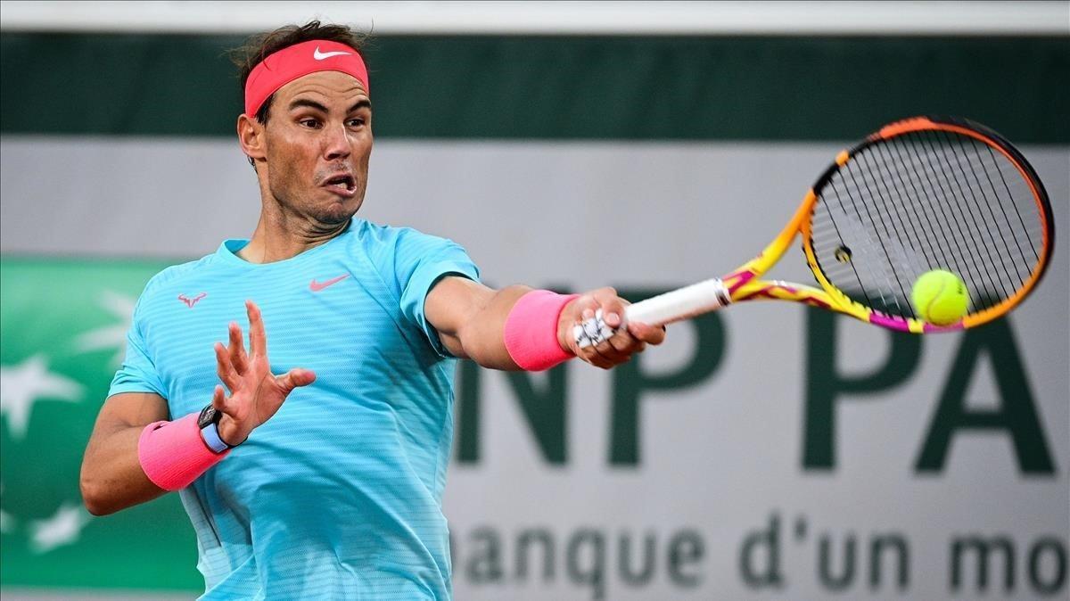 Nadal retorna una bola en Roland Garros.