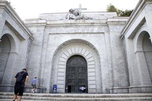 Visitantes en la puerta de entrada a la basílica de la Santa Cruz del Valle de los Caídos, en San Lorenzo de El Escorial (Madrid).