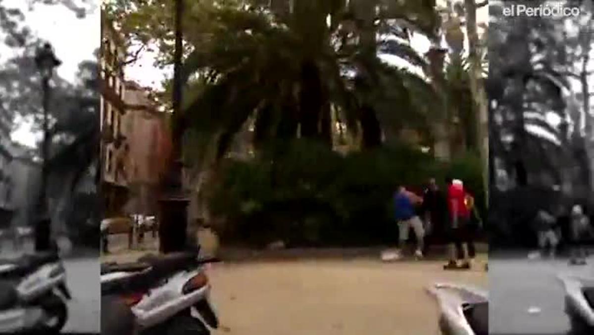 El guardia urbano Alberto L. (de paisano y con gafas de sol), acusado del homicidio de un compañero, golpea con una porra a un mantero en la plaza del Duc de Medinaceli, en el 2014.