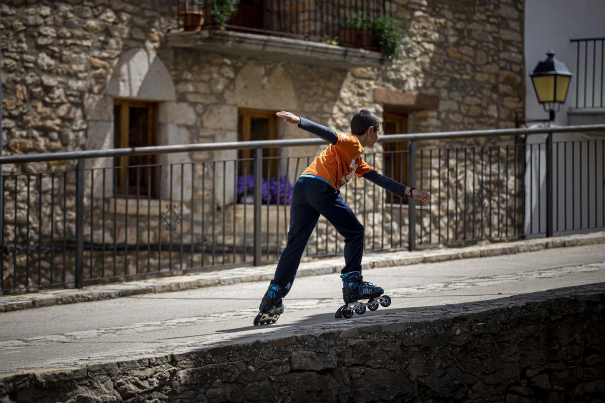 Un niño, patinando por las calles de un pueblo de Valencia, en mayo del 2020.