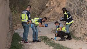 Una mujer de 32 años, asesinada por su pareja en Palma. Imágenes de la policía y los forenses, en el lugar de los hechos.