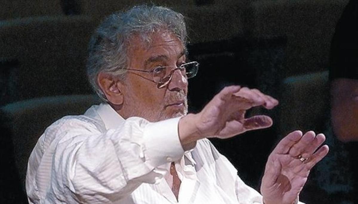Plácido Domingo, como director de orquesta, durante un ensayo.