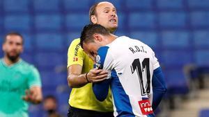 Raúl de Tomás se apoya en el árbitro Mateu Lahoz durante el partido ante el Madrid del domingo.