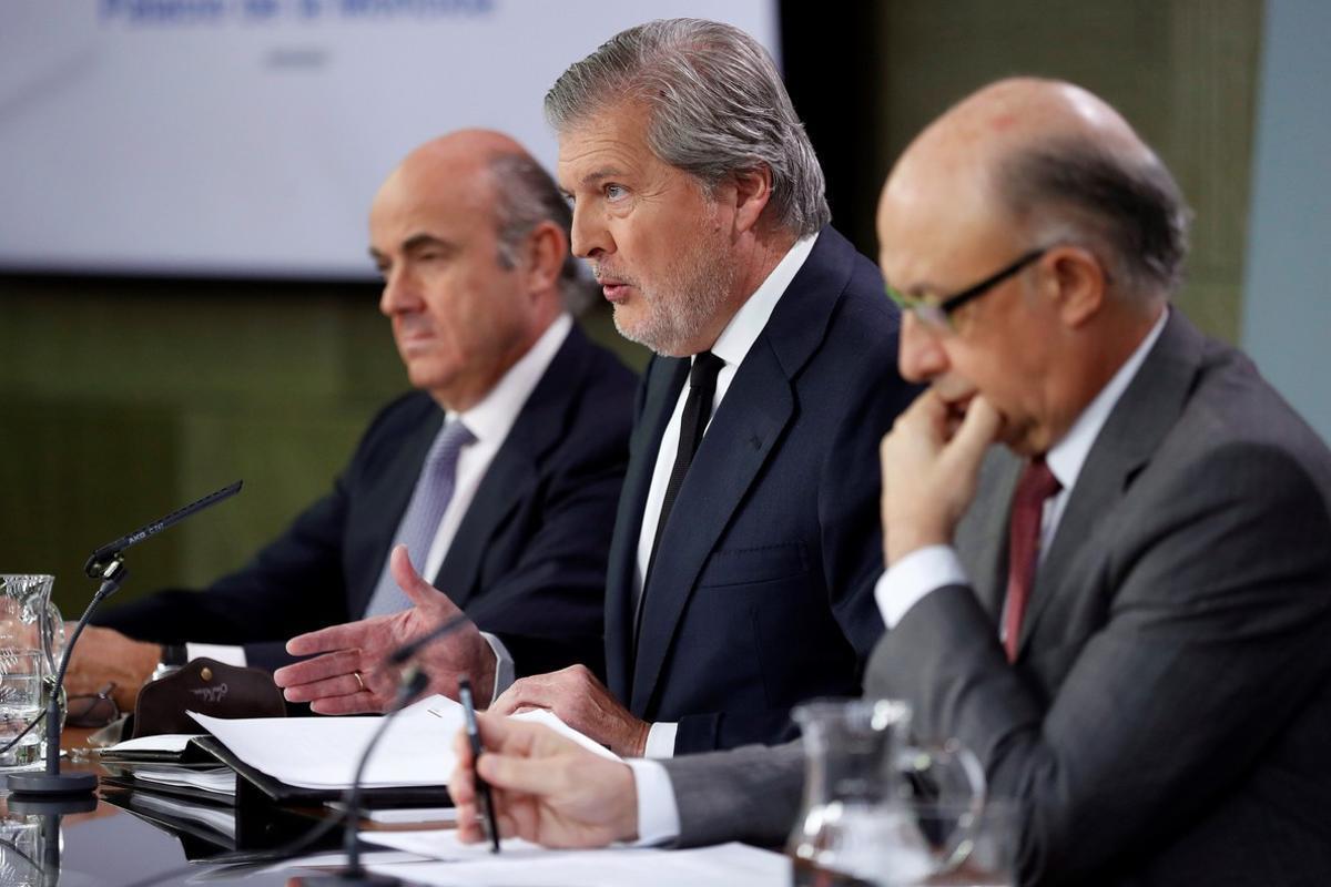 El portavoz del Gobierno, Íñigo Méndez de Vigo (centro), junto a los ministros de Economía, Luis de Guindos, y de Hacienda, Cristóbal Montoro, durante la rueda de prensa posterior a la reunión del Consejo de Ministros.
