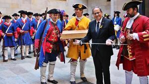 El President Quim Torra junto a els Miquelets en el Palau de la Generalitat