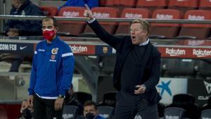 Koeman se dirige enfadado a sus jugadores durante la segunda parte del Barça-Getafe en el Camp Nou.