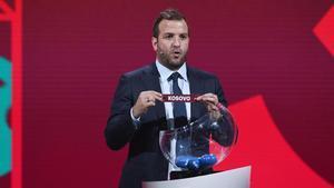 Rafael van der Vaart saca del bombo el nombre de Kosovo en el sorteo para la clasificación al Mundial de Qatar.