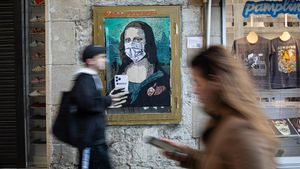 Una Gioconda con móvil y mascarilla obra de TV Boy