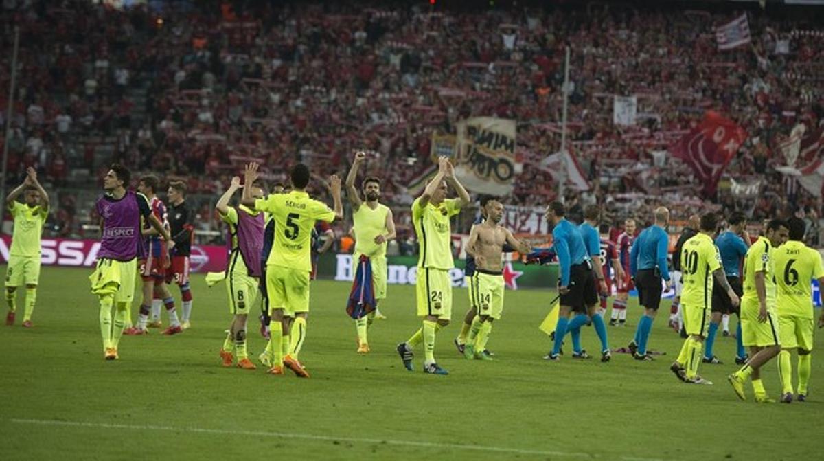 Los jugadores del Barça celebran su clasificación para la final de la Champions con su afición, en Múnich.