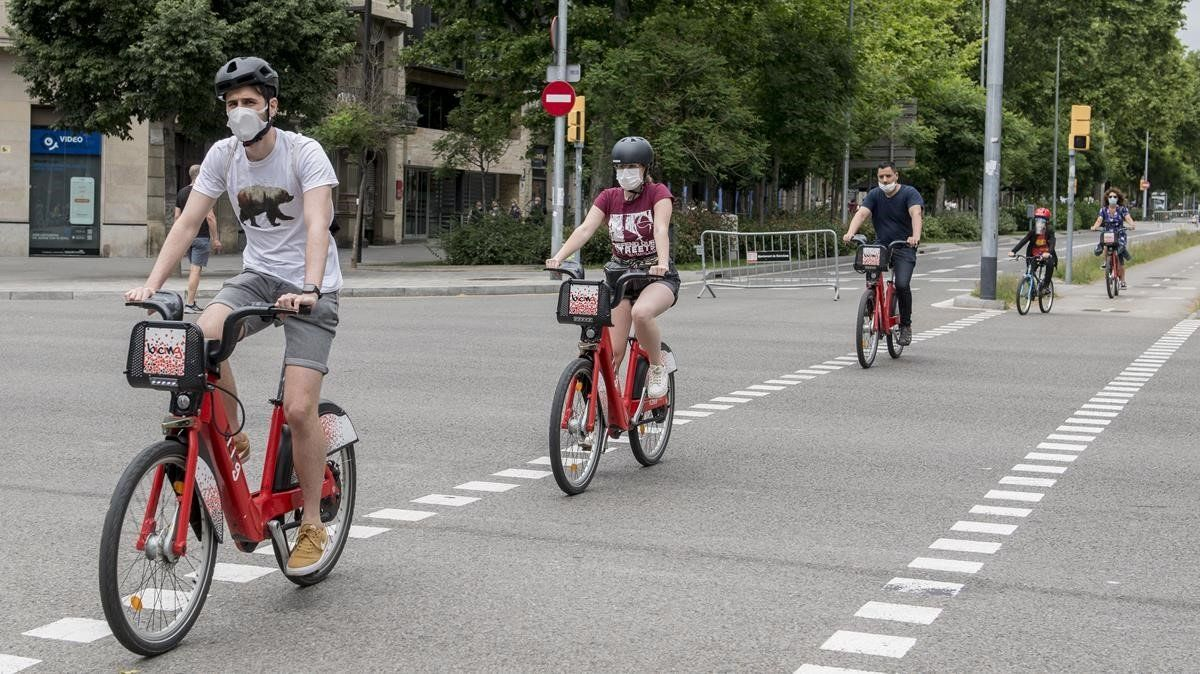 Usuarios de Bicing, por el paseo de Sant Joan de Barcelona