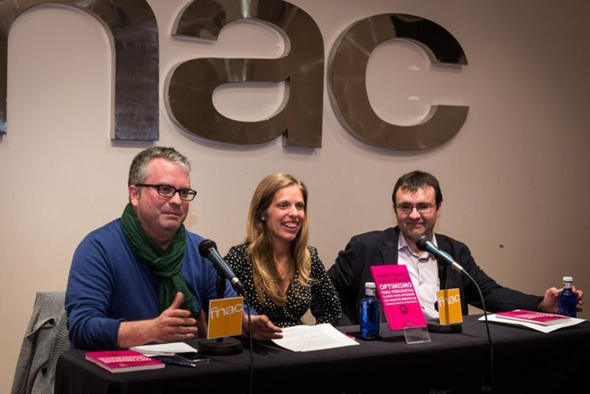 Los autores Miquel Pellicer y Marta Franco, junto al también periodista Ismael Nafría, en la presentación del libro 'Optimismo para periodistas' este miércoles en Barcelona.