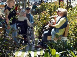 Un grupo de personas mayores conversando en el Passeig de Sant Joan de Barcelona.