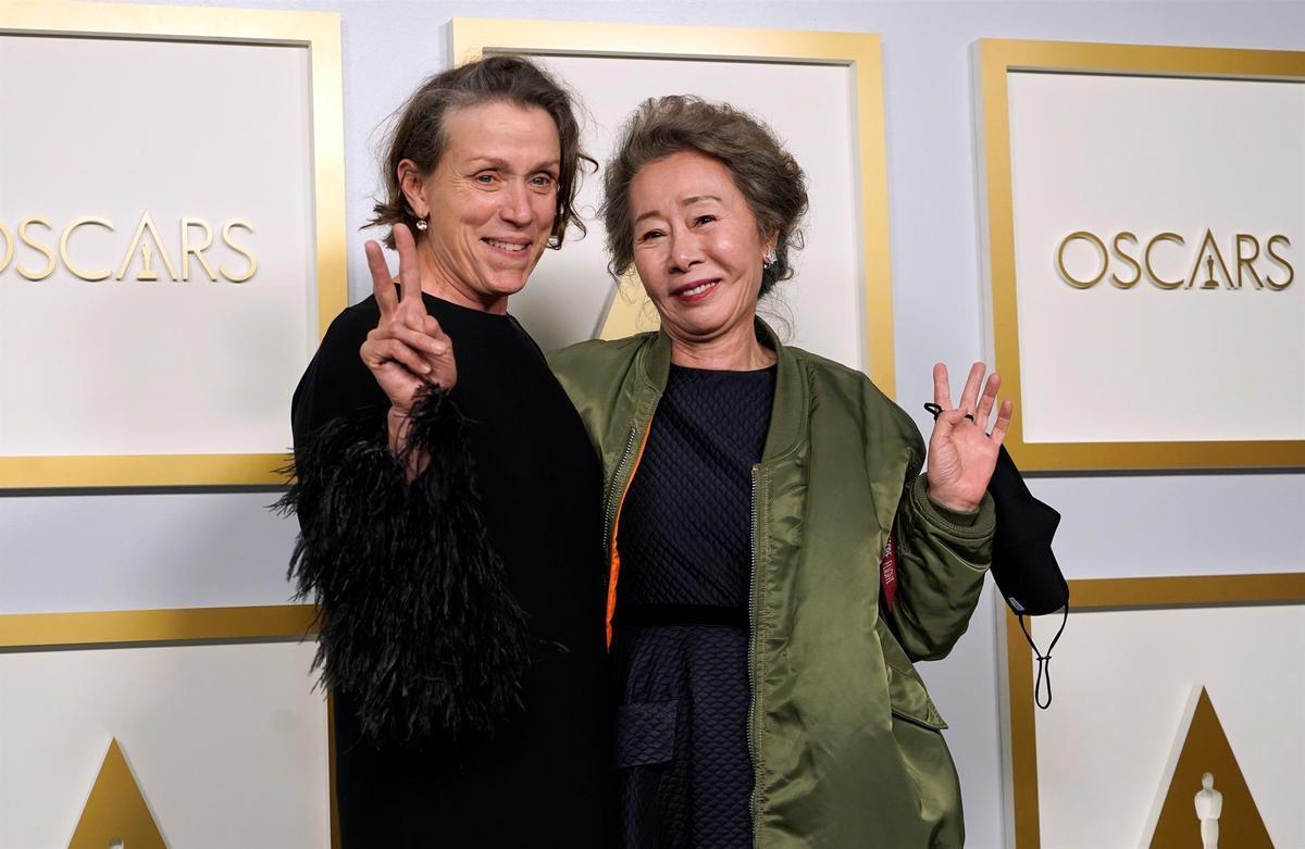 Frances McDormand y Youn Yuh-Jung, mejor actriz principal y de reparto, respectivamente.