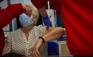 Una mujer recibe una vacuna contra la gripe en Aranjuez, Madrid.