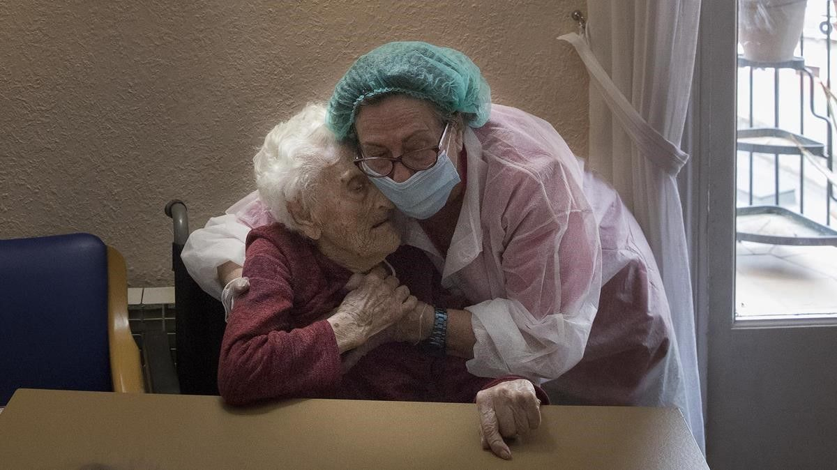 PilarLlarc,directora de la residencia geriátrica La Pau de Barcelona, con su madre, Pili, de 106 años, residente en elgeriátrico,el 14 de mayo.