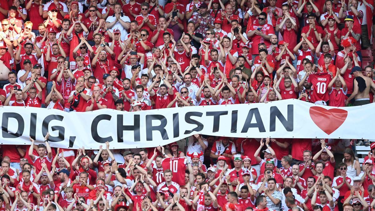La afición danesa rinde homenaje a Eriksen en el partido ante Bélgica.
