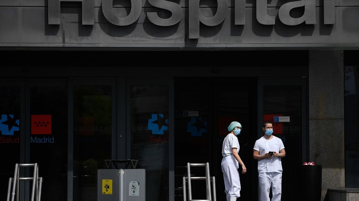 La Policía Nacional ha alertado de que se están dando varios casos de pacientes ingresados por coronavirus que están abandonando los hospitales sin que ningún médico les haya dado el alta. En la foto, dos sanitarios en la puerta del Hospital de La Paz, en Madrid.