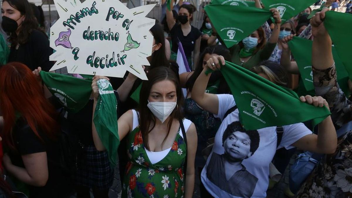Mujeres se manifiestan a favor del aborto libre en Santiago de Chile.