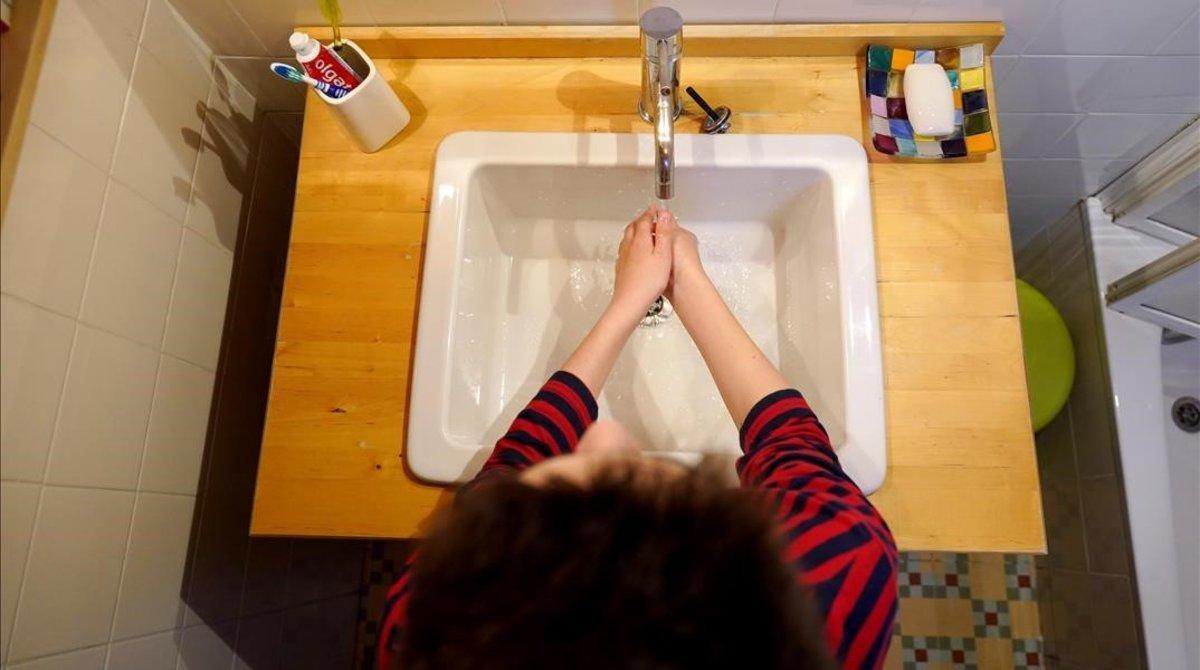 Un niño se lava las manos en su casa de Madrid como medida de precaución frente al coronavirus.