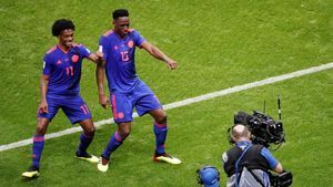 Yerri Mina (derecha) celebra su gol bailando con Cuadrado.