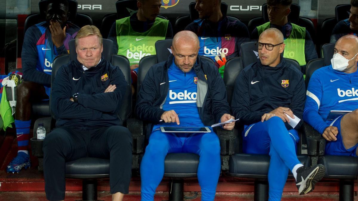 Koeman, junto a sus ayudantes Schreuder, Larsson y De la Fuente durante el Barça-Granada.