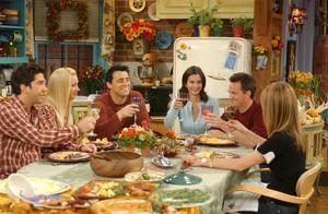 Los seis protagonistas de la serie 'Friends', en uno delos muchos ágapes que disfrutaron a lo largo de 10 años de emisión.