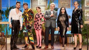 Joshua y Alaska junto a Raquel Sánchez Silva y el jurado de 'Maestros de la costura'.